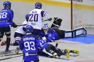 Na snímke uprostred Boris Oravec (Slovensko), vpravo dole brankár Villehart Kuusamo (Fínsko) vo finálovom zápase majstrovstiev sveta v hokejbale mužov Slovensko – Fínsko v Košiciach v sobotu 22. júna 2019.
