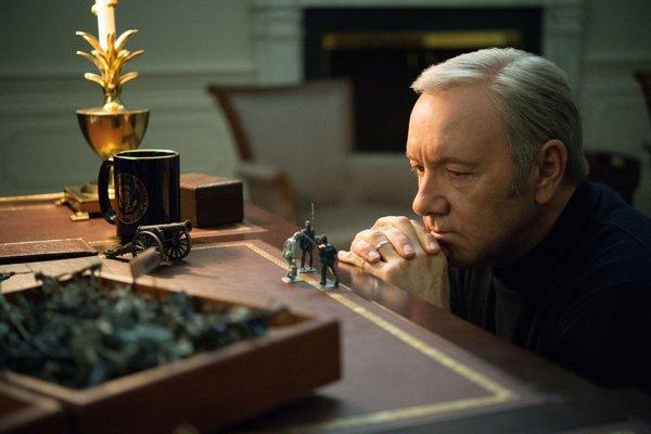 Frankie Underwood je znovu na ťahu. Fanúšikovia už videli štvrtú sériu House of Cards.