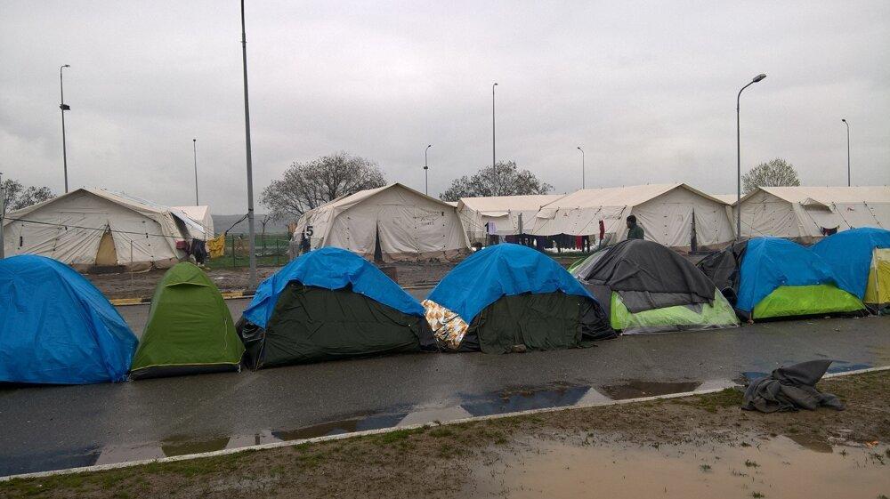 Utečenci spia v Idomeni v provizórnych stanoch.