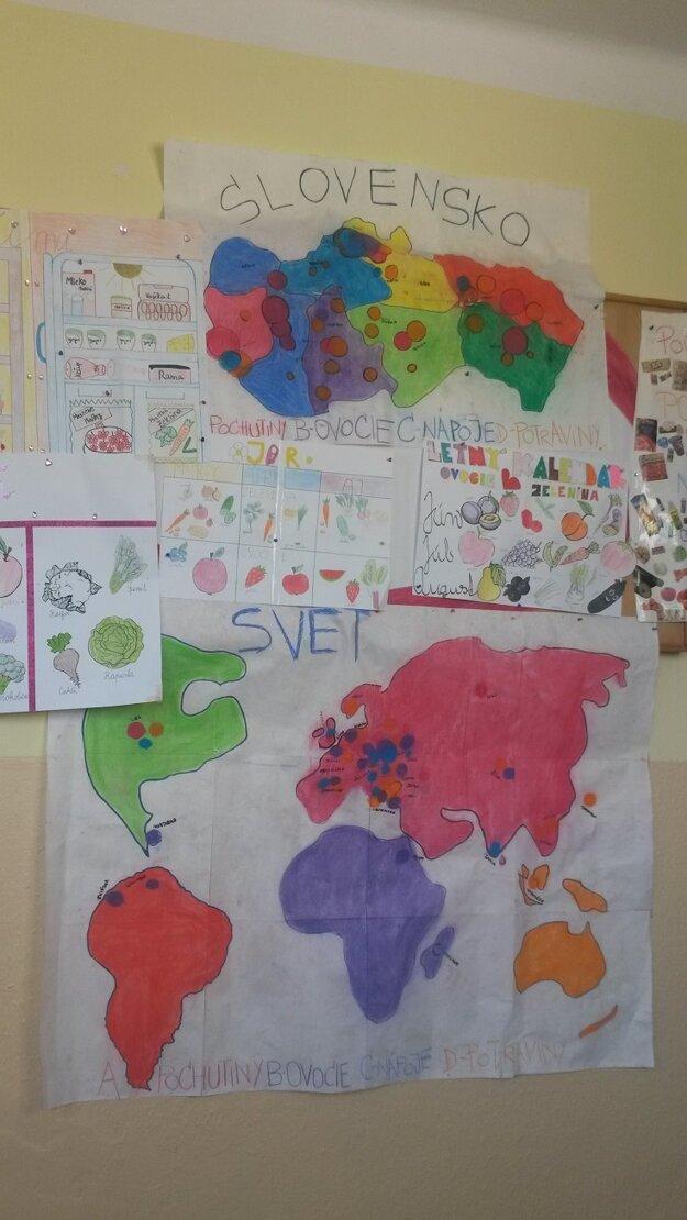 Mapy vo vestibule školy.