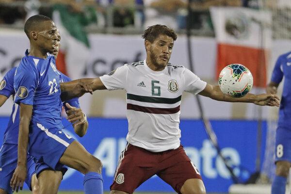 Jonathan Dos Santos (v strede) a Romario Barthelery (vľavo) v zápase A-skupiny Gold Cupu 2019 Mexiko - Martinik.