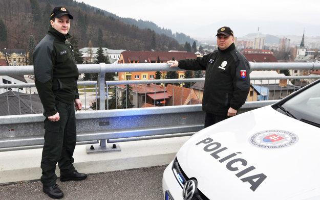 František Mariňák a Radovan Majdiš na moste. Muž stál na druhej strane zábradlia.