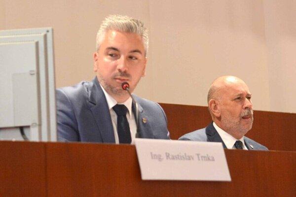 Vicežupan Rusnák (vpravo) bude zarábať 70 percent z Trnkovho platu.