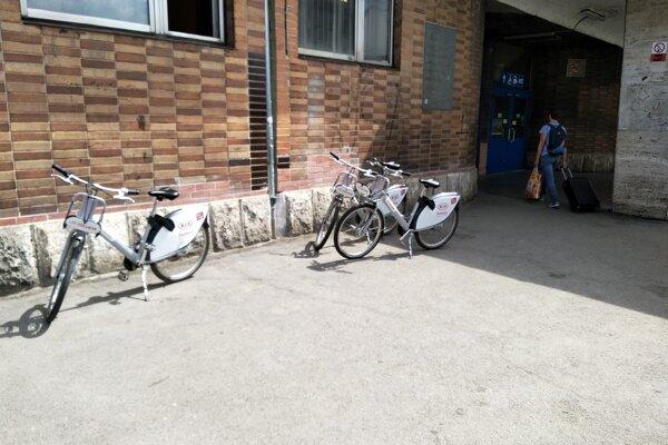 Pri železničnej stanici v Žiline chýba oficiálne stanovište. Bicykle končia mimo doku.