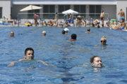 Mestské kúpalisko v Košiciach je v týchto dňoch vyhľadávaným miestom oddychu.