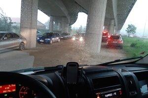 Niektorí vodiči svoje autá schovali pred krúpami pod most na Priemyselnej ulici.