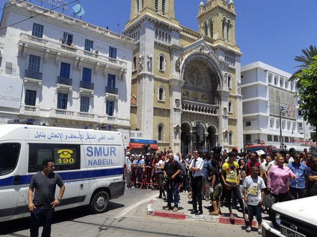 Ľudia zhromaždení neďaleko miesta výbuchu. V pozadí katolícka katedrála na Avenue Habiba Burghibu.