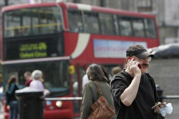 Briti chcú viac sledovať komunikáciu svojich občanov.