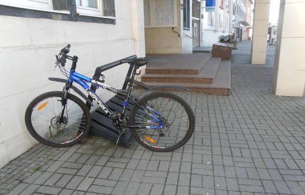 V stojanoch v centre Prievidze bude od jari určite viac bicyklov.