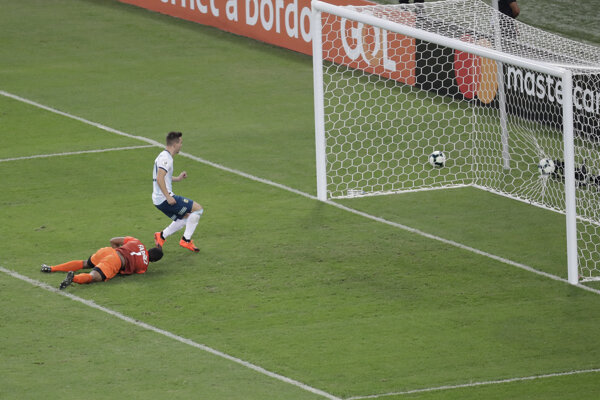 Giovani Lo Celso prekonáva brankára Wuilkera Farineza v zápase štvrťfinále Copa América Argentína - Venezuela.