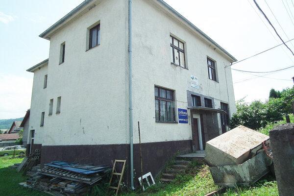 Obecná budova je v prenájme, najlepšie by ju bolo predať.