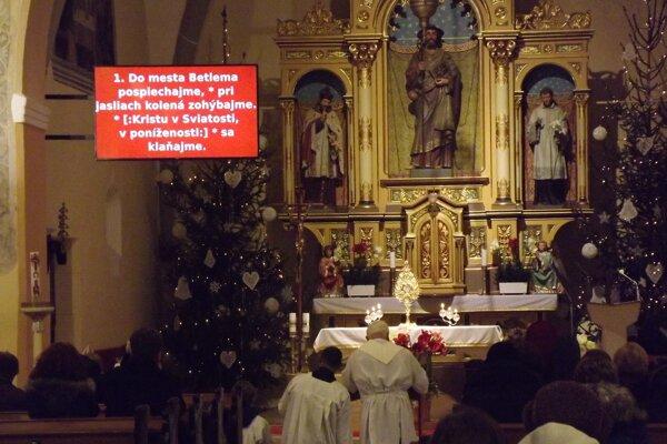 Projekcia s textami piesni v kostole vo Veľkom Šariši.