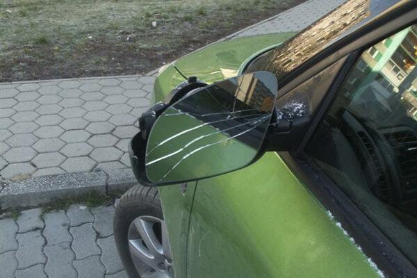 Mladík rozbíjal spätné zrkadlá na autách, polícia ho chytila.