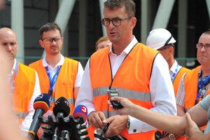 Generálny riaditeľ Slovenských elektrární Branislav Strýček (uprostred) počas brífingu Slovenských elektrární po skončení návštevy poslancov Výboru NR SR pre hospodárske záležitosti na stavbe 3. a 4. bloku jadrovej elektrárne Mochovce.