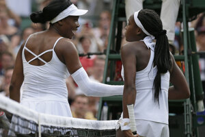Venus Williamsová a Cori Gauffová si podávajú ruky na sieti po zápase.