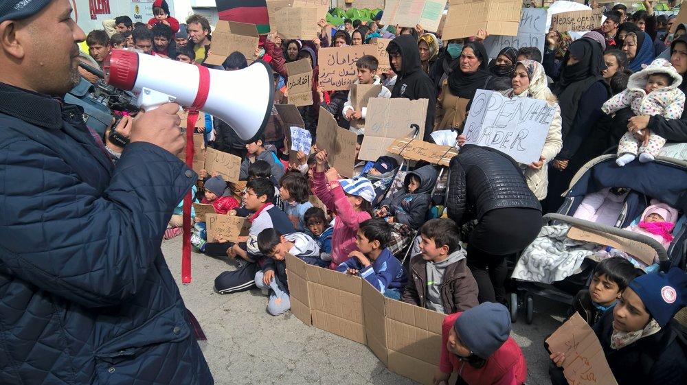 Protesty utečencov v Aténach sú zatiaľ pokojné.