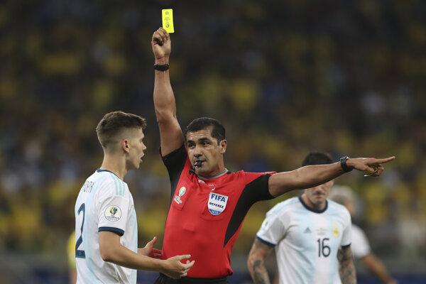 Ekvádorský rozhodca Roddy Zambrano udeľuje žltú kartu argentínskemu reprezentantovi Juanovi Foythovi v semifinále Copa America 2019.