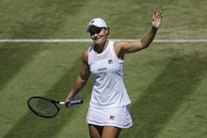 Ashleigh Bartyová sa raduje z postupu do 3. kola Wimbledonu.