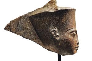 Na snímke 3000-ročná busta starovekého faraóna Tutanchamona, ktorú vydražil britský aukčný dom Christie's aj napriek protestom zo strany Egypta.