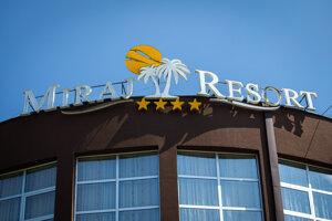 Miraj Resort patrí lučeneckému podnikateľovi z Macedónska Seatovi Aličaušimu. Bol to blízky človek Antonina Vadalu. Spolu obchodovali s dobytkom. Odmieta, žeby v tom boli aj drogy.
