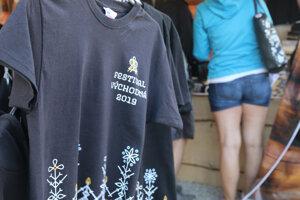 Tohtoročné festivalové tričká. Horúci tovar sa po minulé roky vypredal v prvý deň. Teraz sa organizátori pripravili lepšie.