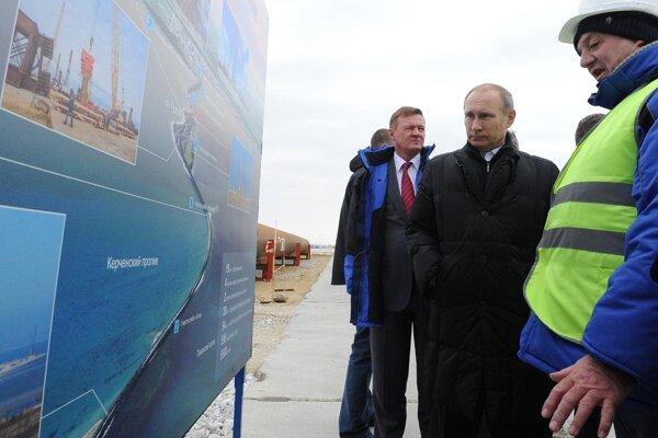 Ruský prezident Vladimír Putin sa bol pozrieť na práce pri výstavbe mosta cez Kerčský prieliv.