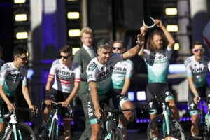 Peter Sagan a jeho tím Bora Hansgrohe na prezentácií tímov pred Tour de France 2019.