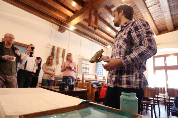 Matej Rabada predvádza výrobu modrotlače.