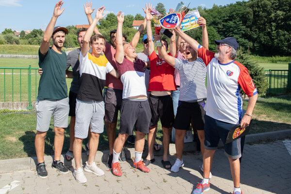 Víťazi turnaja - Capitol Levice spoločne s členom organizačného výboru Milošom Masarikom.