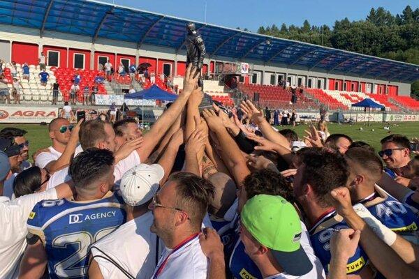 Víťazný tím Bratislava Monarch s trofejou Chucka Bednarika.