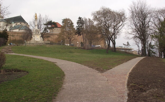 Chodník vľavo smeruje k hradu, vpravo vedie k novej kaviarni.