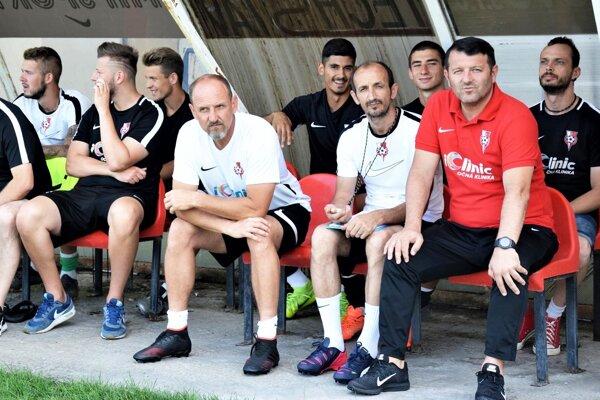 Slavče Vojneski (v červenom) je novým trénerom futbalistov ŠKF iClinic Sereď.