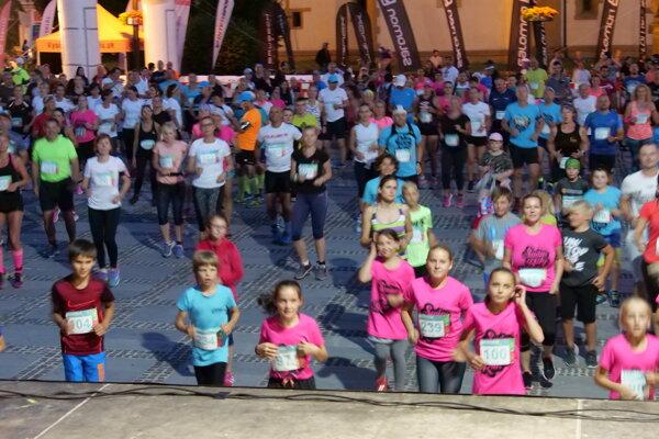 Spoločná rozcvička, 400 bežcov na námestí v Liptovskom Mikuláši.
