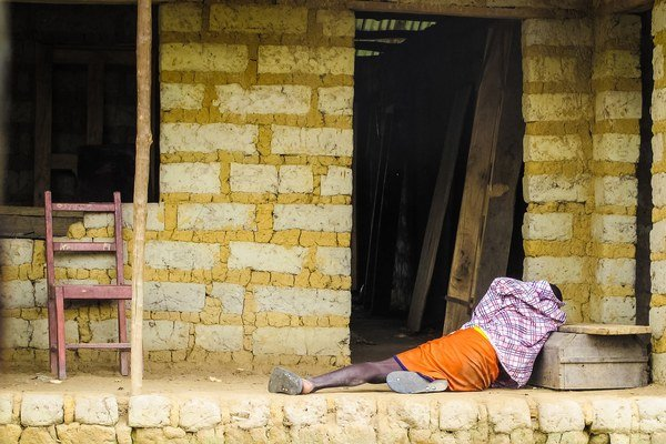 Muž nakazený ebolou leží pred svojim domom.