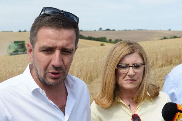Predseda Slovenskej poľnohospodárskej a potravinárskej komory (SPPK) Emil Macho a ministerka pôdohospodárstva a rozvoja vidieka Gabriela Matečná.