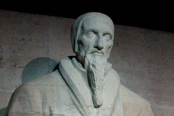 Sochársky portrét Jána Kalvína pri Múre reformácie v Ženeve.