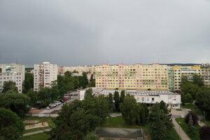 Zamračené nebo nad Košicami, v niektorých častiach mesta už pršalo.