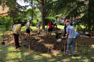 Účastníci Letnej univerzity vody pracovali aj na dažďovej záhrade v areáli ZŠ Hroncova.
