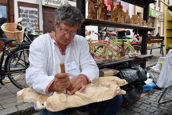 Počas festivalu sa prezentuje aj umelecký rezbár, ktorý priamo pred ľuďmi vyrezáva sochu z dreva.