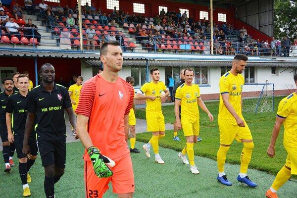 V oranžovom drese nový brankár Serede Dejan Iliev.