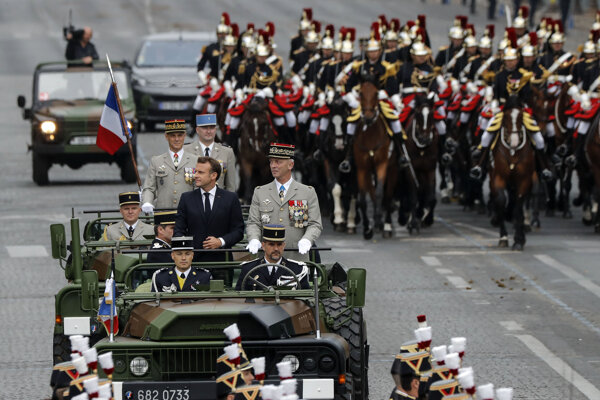 Prezident Emmanuel Macron a náčelník generálneho štábu Francois Lecointre počas prehliadky 14. júla 2019.