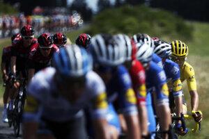 Cyklisti na trase 9. etapy Tour de France 2019.