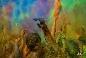 Počas sviatku sa ľudia posýpajú farebnými práškami