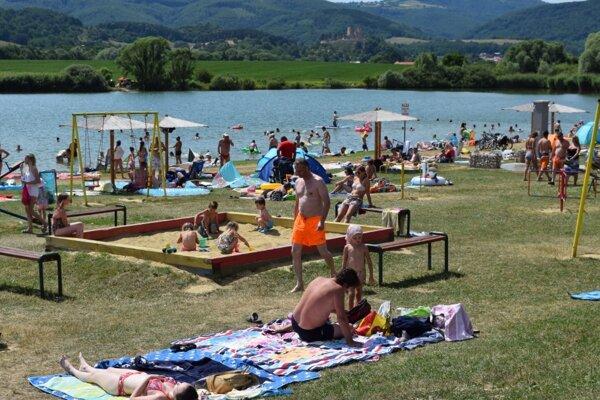 Pláže sa hlavne cez víkend zaplnia.