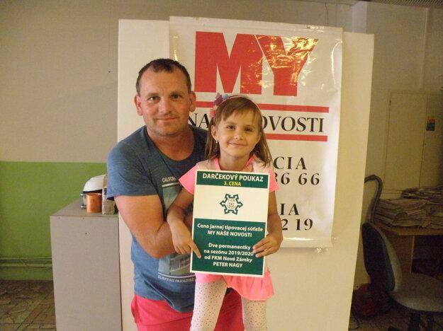 Tretia cena – dve permanentky na zápasy FKM vnovej sezóne patria Petrovi Nagyovi (na zábere sdcérkou Leou).