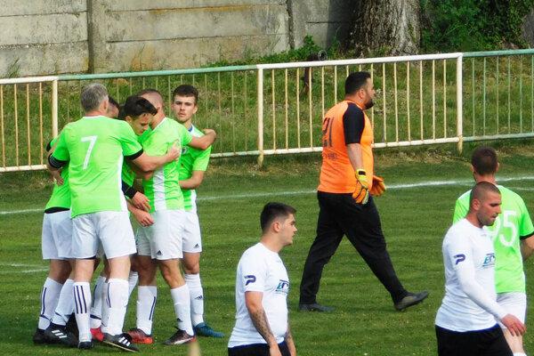 Futbalisti Jelky sa stali suverénnymi víťazmi súťaže. Snímka je z výhry 2:0 na ihrisku druhého Tomášikova.