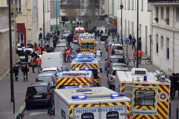 Záchranári na ulici po streľbe na redakciu satirického týždenník Charlie Hebdo v Paríži.