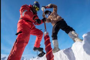 Rachel Lekanoffová vľavo a Daniel Watkins sa učia odoberať vzorky ľadu.