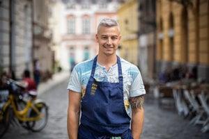 Michal Konrád (35) bol od roku 2010 šéfkuchárom reštaurácie Fou Zoo zameranej na ázijskú kuchyňu v Bratislave. Za jeho vedenia ju prestížny gastronomický sprievodca Gault Millau ocenil ako najlepšiu slovenskú reštauráciu. Predtým pracoval v prestížnych reštauráciách v Londýne. Absolvoval stáže v podnikoch s michelinskými hviezdami, okrem iných aj v reštaurácii Noma. Od marca 2019 spustil s Ivanom Lilovom a Michalom Hužovičom projekt v pouličnej gastronómii pod názvom Bao Brothers.