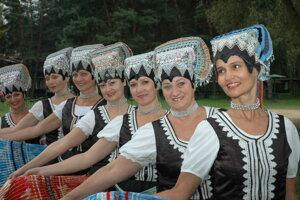 Medzi obľúbené tance patrí Tekov, ktorý je elegantnou promenádou v krojoch.